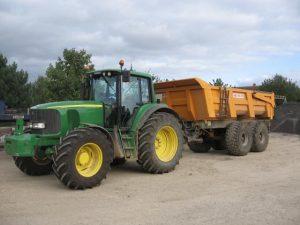 un tracteur a l'arrêt avec une benne derrière
